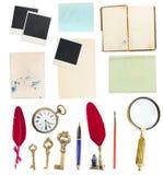 年迈的纸板料、书、页,羽毛和老 免版税库存照片