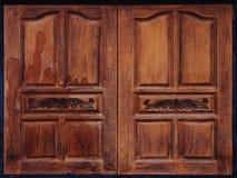 年迈的被风化的木窗口快门 免版税库存照片