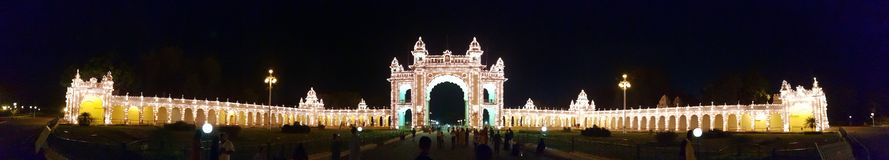 迈索尔宫殿,与特别照明设备的全景 图库摄影