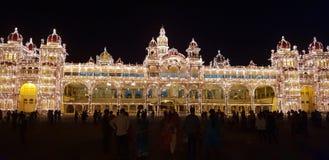 迈索尔宫殿,与特别照明设备的全景 库存图片