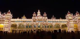 迈索尔宫殿,与特别照明设备的全景 免版税库存图片