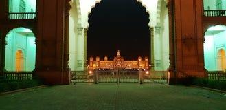 迈索尔宫殿,与特别照明设备的全景 库存照片