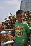 迈索尔,卡纳塔克邦/印度- 01/03/2012 :一件绿色T恤杉的小印地安男孩在寺庙的背景 免版税库存图片