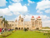 迈索尔,印度- 2018年1月:走迈索尔宫殿外的人们在印度 库存图片