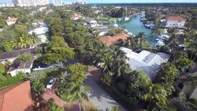 迈阿密佛罗里达郊区大道的豪华游泳池夏天别墅房子在4k空中寄生虫照相机建筑学全景 影视素材