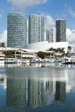 迈阿密小游艇船坞反射 库存图片