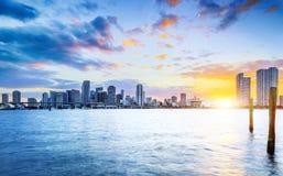 迈阿密市在夜之前 库存图片