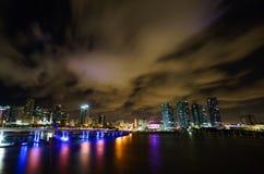 迈阿密市黄昏的地平线全景与都市摩天大楼和桥梁在海有反射的 免版税库存图片