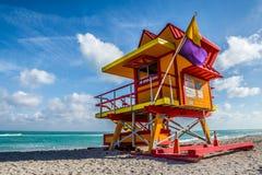 迈阿密海滩救生员立场在佛罗里达阳光下 库存照片