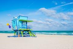 迈阿密海滩救生员立场在佛罗里达阳光下 免版税库存照片