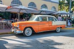迈阿密海滩- 2018年4月11日:沿海洋驱动的老橙色汽车 免版税图库摄影