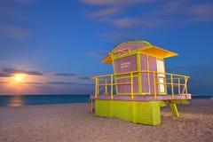 迈阿密海滩佛罗里达救生员房子在晚上 图库摄影