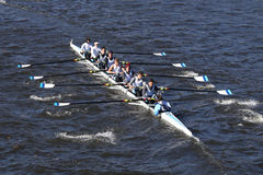 迈阿密海滩划船俱乐部乘员组在查尔斯赛船会人` s青年时期Eights头赛跑  免版税库存图片