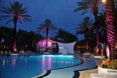 迈阿密海滩, FL - 7月18日:大气全视图在正式奔驰车时尚星期的游泳2014的开始党 免版税库存图片