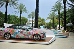 迈阿密海滩, FL - 7月18日:2014年奔驰车E350敞蓬车的看法奔驰车时尚星期游泳的玛拉霍夫曼2014年 免版税图库摄影