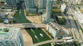 迈阿密空中360条视图大厦小船迈阿密河和进城 影视素材