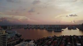 迈阿密财政区和私有房子地平线海湾的在日落,晴朗的海岛海滩 股票视频