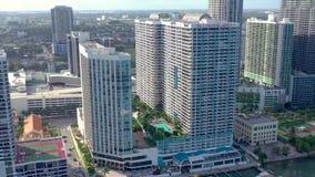 迈阿密,佛罗里达,美国- 2019年1月:在迈阿密埃济沃特区的空中寄生虫视图飞行比斯坎湾的 股票视频