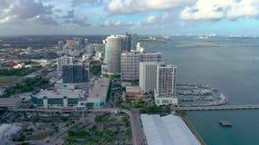 迈阿密,佛罗里达,美国- 2019年1月:在迈阿密埃济沃特区的空中寄生虫视图飞行比斯坎湾的 股票录像