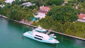 迈阿密,佛罗里达,美国- 2019年5月:在迈阿密比斯坎湾和印度小河海岛的空中寄生虫视图飞行 豪华房子 股票视频
