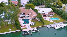 迈阿密,佛罗里达,美国- 2019年5月:在迈阿密比斯坎湾和印度小河海岛的空中寄生虫视图飞行 豪华房子 股票录像