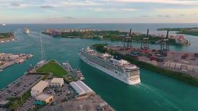 迈阿密,佛罗里达,美国- 2019年1月:在迈阿密海港的空中寄生虫视图飞行 船和巡航划线员在码头 股票视频