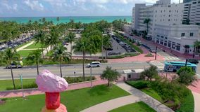 迈阿密,佛罗里达,美国- 2019年5月:在迈阿密海滩市中心的空中寄生虫全景视图飞行 林斯公园从上面 股票视频