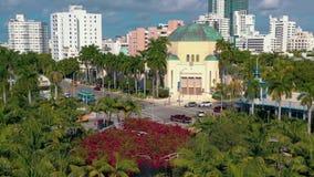 迈阿密,佛罗里达,美国- 2019年1月:在迈阿密海滩Soundscape市公园的空中寄生虫全景视图飞行 影视素材