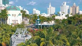 迈阿密,佛罗里达,美国- 2019年1月:在迈阿密海滩Soundscape市公园的空中寄生虫全景视图飞行 股票录像