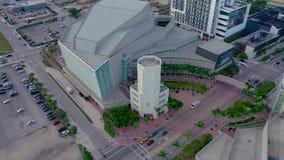 迈阿密,佛罗里达,美国- 2019年5月:在迈阿密街市的空中寄生虫全景视图飞行 骑士音乐堂从上面 影视素材