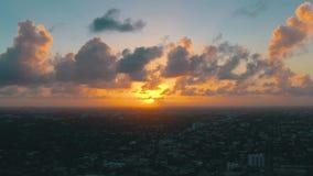 迈阿密,佛罗里达,美国- 2019年5月:在迈阿密街市的空中寄生虫视图飞行 东部一点哈瓦那从上面 影视素材