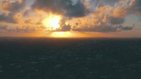 迈阿密,佛罗里达,美国- 2019年5月:在迈阿密街市的空中寄生虫视图飞行 东部一点哈瓦那从上面 股票录像