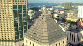 迈阿密,佛罗里达,美国- 2019年5月:在迈阿密街市的空中寄生虫视图飞行 企业与鸟的大厦屋顶 股票视频