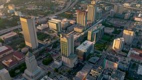 迈阿密,佛罗里达,美国- 2019年5月:在迈阿密街市的空中寄生虫视图飞行 旅馆,企业大厦从上面 股票录像