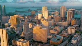 迈阿密,佛罗里达,美国- 2019年5月:在迈阿密街市的空中寄生虫视图飞行 旅馆,企业大厦从上面 股票视频