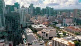 迈阿密,佛罗里达,美国- 2019年5月:在迈阿密街市的空中寄生虫视图飞行 旅馆,企业大厦从上面 影视素材