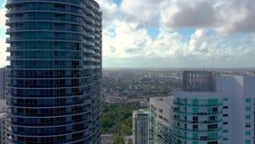 迈阿密,佛罗里达,美国- 2019年5月:在迈阿密街市的空中寄生虫视图飞行 街道,居民住房从上面 影视素材