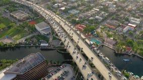 迈阿密,佛罗里达,美国- 2019年5月:在迈阿密街市的空中寄生虫视图飞行 路高架桥和天桥从上面 股票录像