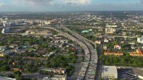 迈阿密,佛罗里达,美国- 2019年5月:在迈阿密街市的空中寄生虫视图飞行 路高架桥和天桥从上面 影视素材