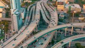 迈阿密,佛罗里达,美国- 2019年5月:在迈阿密街市的空中寄生虫视图飞行 路高架桥和天桥从上面 股票视频
