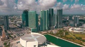 迈阿密,佛罗里达,美国- 2019年5月:在迈阿密街市的鸟瞰图飞行 美国航空竞技场和公园从上面 股票视频