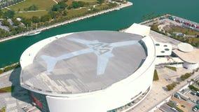 迈阿密,佛罗里达,美国- 2019年5月:在迈阿密街市的鸟瞰图飞行 美国航空竞技场和公园从上面 影视素材