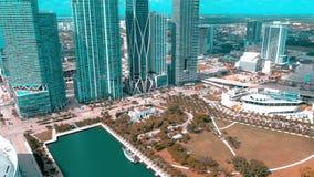 迈阿密,佛罗里达,美国- 2019年5月:在迈阿密街市的鸟瞰图飞行 美国航空竞技场和公园从上面 股票录像