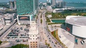 迈阿密,佛罗里达,美国- 2019年5月:迈阿密街市空中射击  自由塔和比斯坎岛大道从上面 影视素材