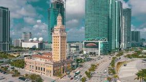 迈阿密,佛罗里达,美国- 2019年5月:迈阿密街市空中射击  自由塔和比斯坎岛大道从上面 股票视频