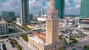 迈阿密,佛罗里达,美国- 2019年5月:迈阿密街市空中射击  自由塔和比斯坎岛大道从上面 股票录像