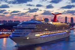 迈阿密,佛罗里达- 2014年4月04日:狂欢节胜利在日出的游轮航行在迈阿密港  库存照片