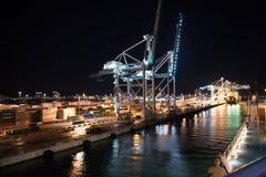 迈阿密,美国- 2015年11月, 23日:与货箱,起重机的海容器口岸在晚上 口岸或终端有夜illum的 库存图片