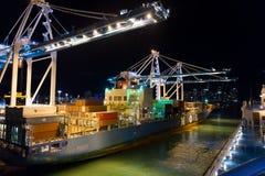 迈阿密,美国- 2015年11月, 23日:口岸或终端有夜照明的 与货箱,起重机a的海容器口岸 免版税库存图片