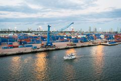 迈阿密,美国- 2016年3月01日:与货船和起重机的海容器口岸 乘快艇沿海港的浮游物和终端或者船坞 图库摄影
